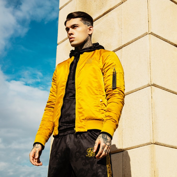 Stephen James con chaqueta reversible de SikSilk x Dani Alves